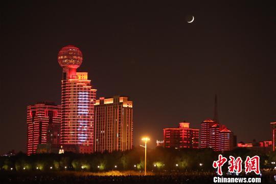 长江灯光秀让市民和游客沉浸在浓浓的国庆氛围中 张畅 摄