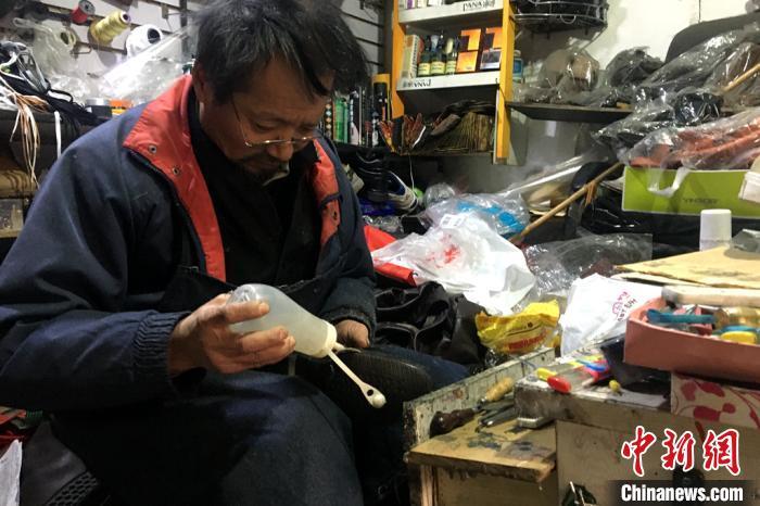 图为老人孙靖正在修鞋。 王誉谕 摄