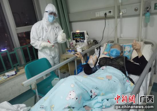 湖北武汉94岁离休老干部为桂林护士点赞